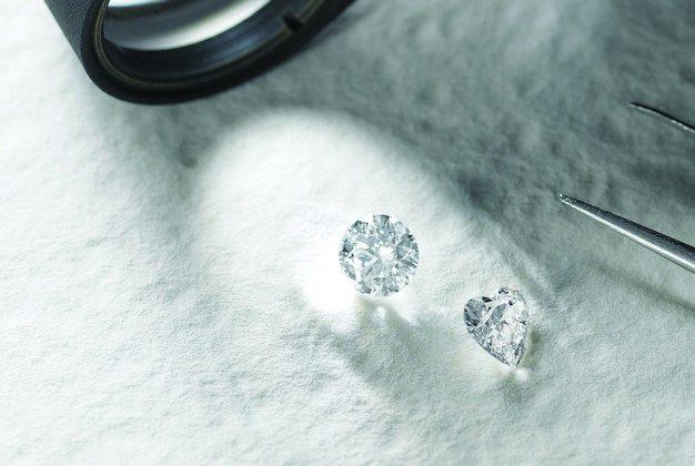 「婚約指輪」を購入する際の注意点とは